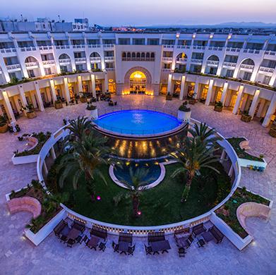 Baigné de lumière, offrant un panorama splendide sur la mer, Solaria & Thalasso est notre complexe hôtelier 5 étoiles